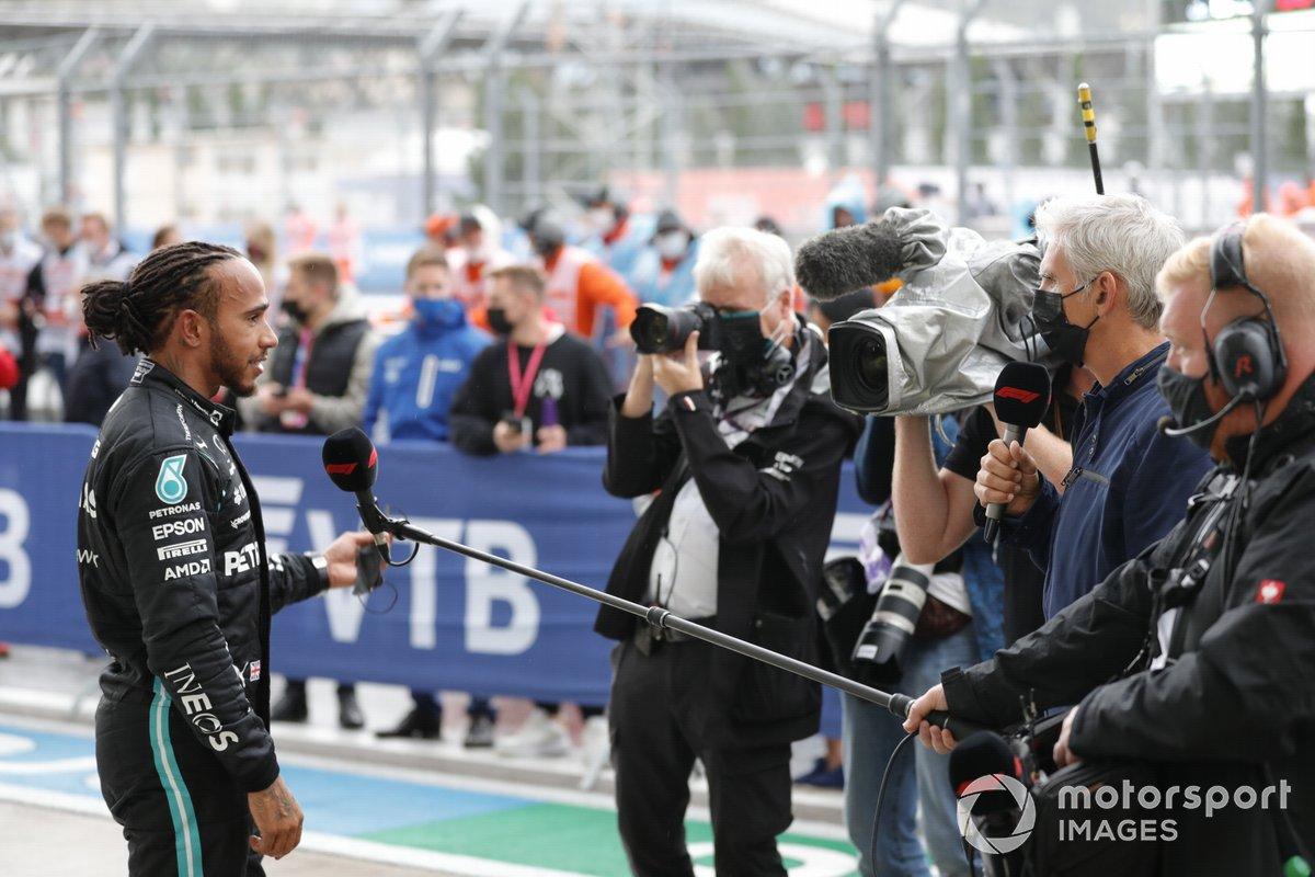 Lewis Hamilton, Mercedes, 1a posizione, intervistato da Damon Hill dopo la gara