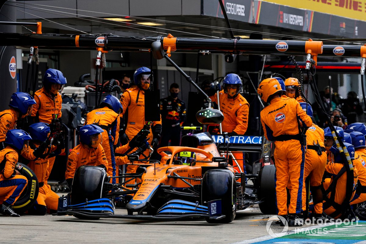 Lando Norris, McLaren MCL35M, ai box