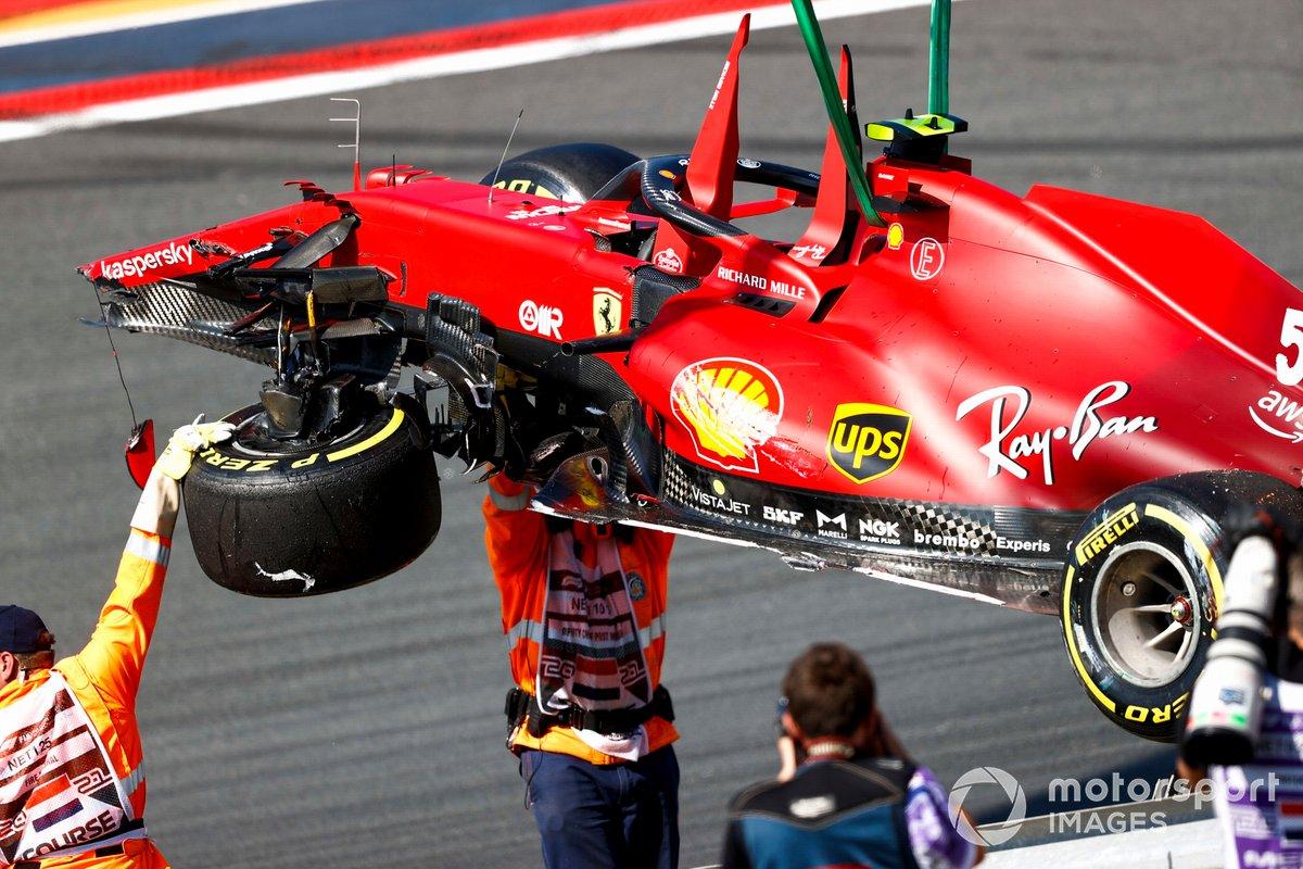 I Marshal rimuovono l'auto danneggiata di Carlos Sainz Jr, Ferrari SF21