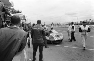 Bruce McLaren, Chris Amon, Shelby American Inc., Ford Mk II, makes a pitstop