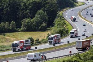DTM-Renntransporter auf der Autobahn: Team Abt Sportsline