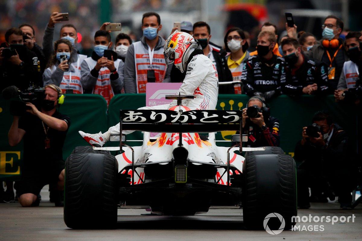 Max Verstappen, Red Bull Racing, 2ª posición, se baja de su coche en Parc Ferme