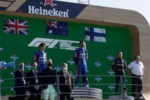 Lando Norris, McLaren, 2e plaats, Daniel Ricciardo, McLaren, 1e plaats, Valtteri Bottas, Mercedes, 3e plaats, en Zak Brown, CEO, McLaren Racing, op het podium