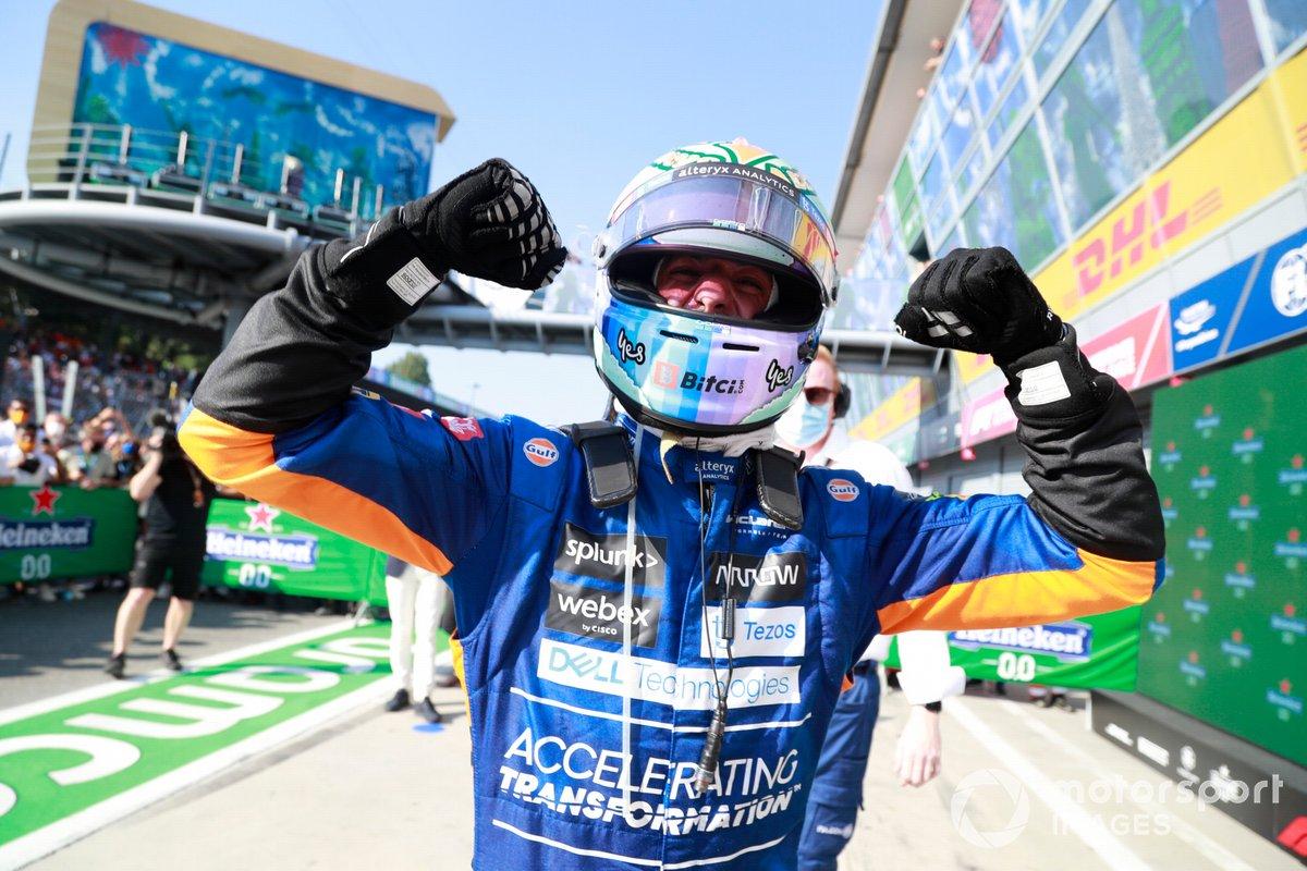 Daniel Ricciardo, McLaren, 1a posizione, festeggia la vittoria nel Parc Ferme