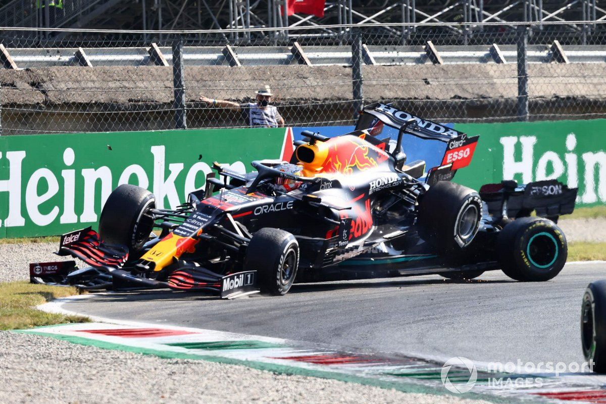 Max Verstappen, Red Bull Racing RB16B, y Lewis Hamilton, Mercedes W12, chocan mientras luchan por la posición