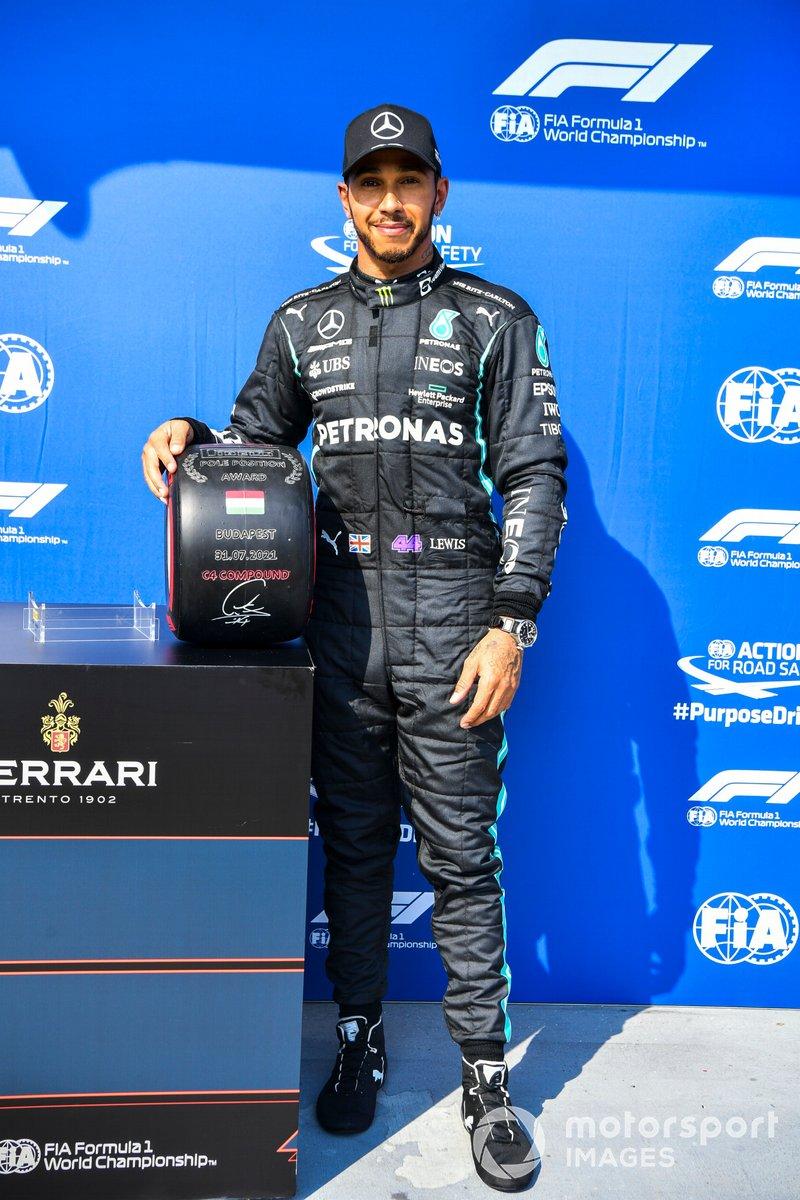 Pole Sitter Lewis Hamilton, Mercedes con il Pirelli Pole Position Award