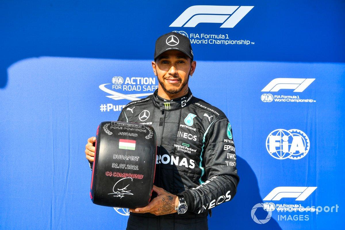 Lewis Hamilton, de Mercedes, con el premio Pirelli a la pole position