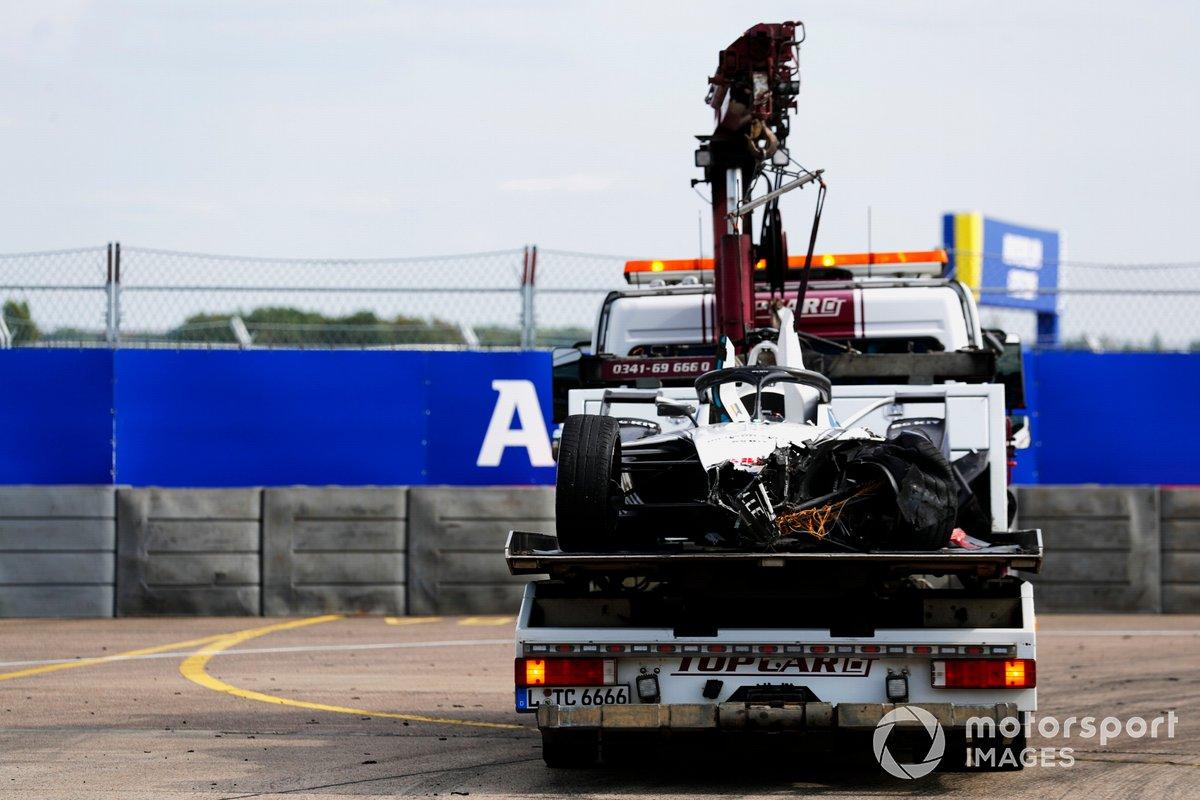 Los oficiales de pista retiran el coche dañado de Edoardo Mortara, Venturi Racing, Silver Arrow 02
