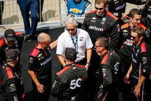Ganador Will Power, Team Penske Chevrolet Big Machine Spiked Coolers Grand Prix, con miembros del equipo Bud Denker