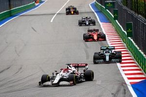Kimi Raikkonen, Alfa Romeo Racing C41, Sebastian Vettel, Aston Martin AMR21, en Charles Leclerc, Ferrari SF21.