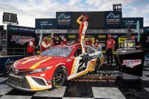 El ganador de la carrera Bubba Wallace, 23XI Racing, Toyota Camry McDonald's celebra en el carril de la victoria