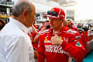 Peter Sauber, président de Sauber, parle à Kimi Raikkonen, Ferrari