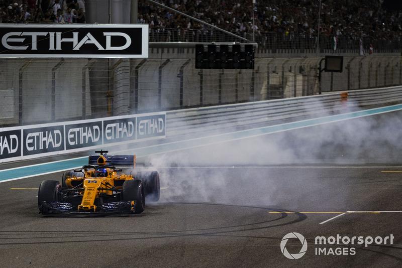 Fernando Alonso, McLaren MCL33 hace donuts al final de la última carrera