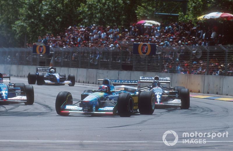 Michael Schumacher en Damon Hill klieven door het tragere verkeer