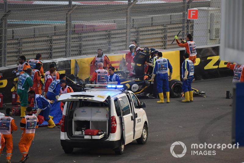 El equipo médico asiste a Nico Hulkenberg, Renault Sport F1 Team R.S. 18 después de estrellarse y rodar en la primera vuelta