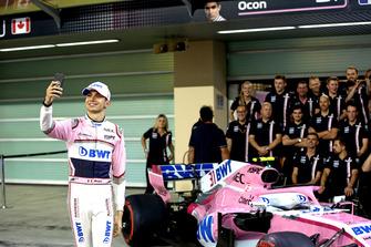 Esteban Ocon, Racing Point Force India selfie at Racing Point Force India F1 Team Photo