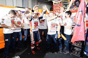 Il campione Marc Marquez, Repsol Honda Team, festeggia con il suo team
