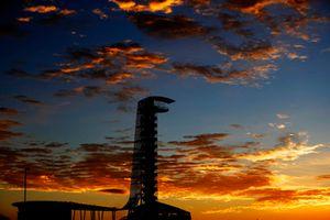 Il sole sorge dietro la torre d'osservazione