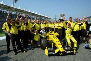 Il team Jordan e Giancarlo Fisichella, Jordan, festeggiano la vittoria del GP del Brasile
