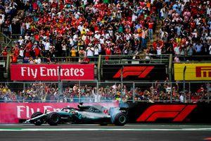 Lewis Hamilton, Mercedes AMG F1 W09 EQ Power+, fait des donuts pour fêter son cinquième titre