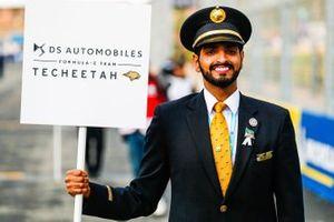 Un rappresentante della Saudia Airline con il cartello della DS Techeetah