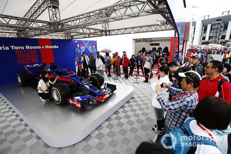 Des fans devant une Toro Rosso