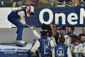 Il vincitore della gara Chase Elliott, Hendrick Motorsports, Chevrolet Camaro