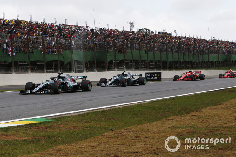 Lewis Hamilton, Mercedes-AMG F1 W09 lidera a Valtteri Bottas, Mercedes-AMG F1 W09 en la vuelta 1