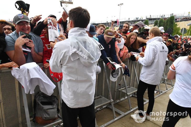 Charles Leclerc, Sauber e Marcus Ericsson, Sauber, firmano autografi ai tifosi