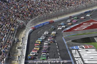 Kyle Larson, Chip Ganassi Racing, Chevrolet Camaro Clover/First Data, Kyle Busch, Joe Gibbs Racing, Toyota Camry M&M's