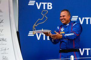 Un membro del team Trident ritira il trofeo