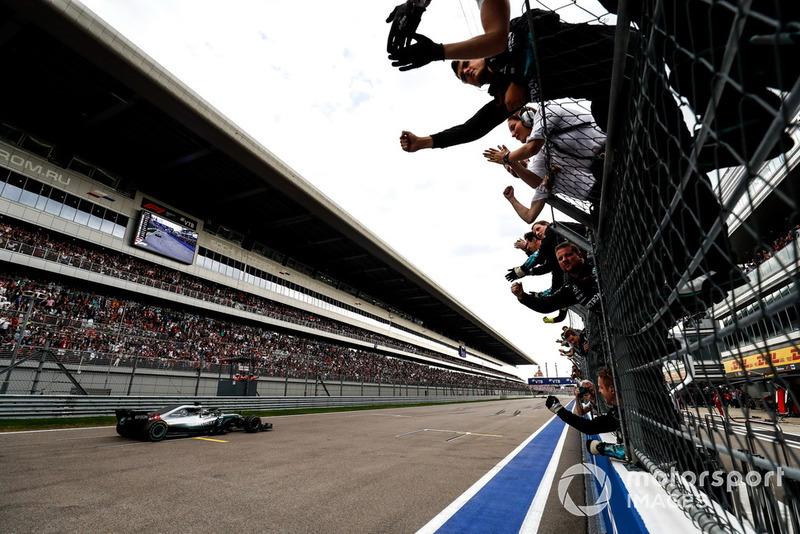 Ganador, Lewis Hamilton, Mercedes AMG F1 W09, se lleva la bandera a cuadros.