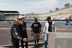 Terry Grant habla con Tom Kristensen y Fredrik Johnsson