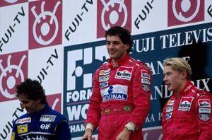 Podio: ganador Ayrton Senna McLaren, segundo lugar Alain Prost Williams, y tercer lugar Mika Hakkinen McLaren, derecha.