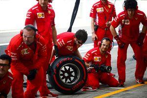 La pit crew Ferrari durante le prove