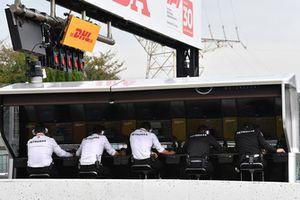 Mercedes-AMG F1 W09 pit wall gantry