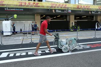 Un employé du circuit effectue le marquage dans la voie des stands