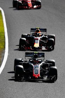 Kevin Magnussen, Haas F1 Team VF-18, voor Max Verstappen, Red Bull Racing RB14