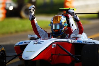 Esteban Gutiérrez, ganador de la carrera y campeón de la serie, ART Grand Prix
