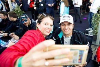 Nelson Piquet Jr., Jaguar Racing, posa per una foto con una tifosa
