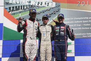 Podio TCR Gara 1: il secondo classificato Luigi Ferrara, 42 Racing SA, il vincitore Cesar André Machado, Target, il terzo classificato Eric Scalvini, BRC Racing Team