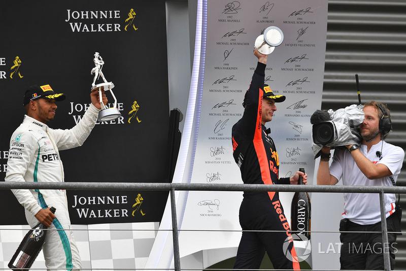 Lewis Hamilton, Mercedes AMG F1 i Max Verstappen, Red Bull Racing świętują na podium z trofeami