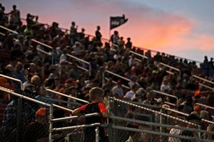 Fans bei Sonnenuntergang