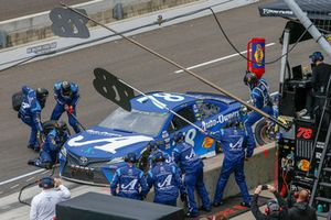 Martin Truex Jr., Furniture Row Racing, Toyota Camry Auto-Owners Insurance pit stop