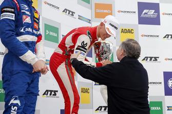 Podium: Racewinnaar Mick Schumacher, PREMA Theodore Racing Dallara F317 - Mercedes-Benz ontvangt de trofee uit handen van Jean Todt, FIA president