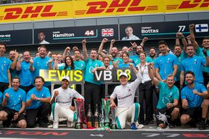 Lewis Hamilton, Mercedes AMG F1 celebrates with Valtteri Bottas, Mercedes AMG F1 and the team
