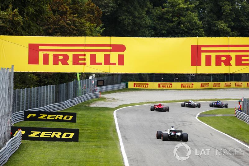 Pierre Gasly, Toro Rosso STR13, leads Sergey Sirotkin, Williams FW41, Sebastian Vettel, Ferrari SF71H, and Lance Stroll, Williams FW41