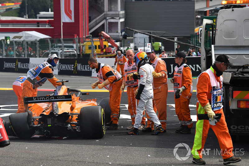 Race retiree Fernando Alonso, McLaren MCL33 following his crash