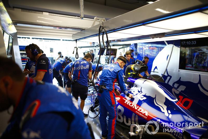 Pierre Gasly, Scuderia Toro Rosso STR13, in the garage