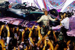 Yarış galibi Lewis Hamilton, Mercedes AMG F1 W09 EQ Power+, Parc Ferme
